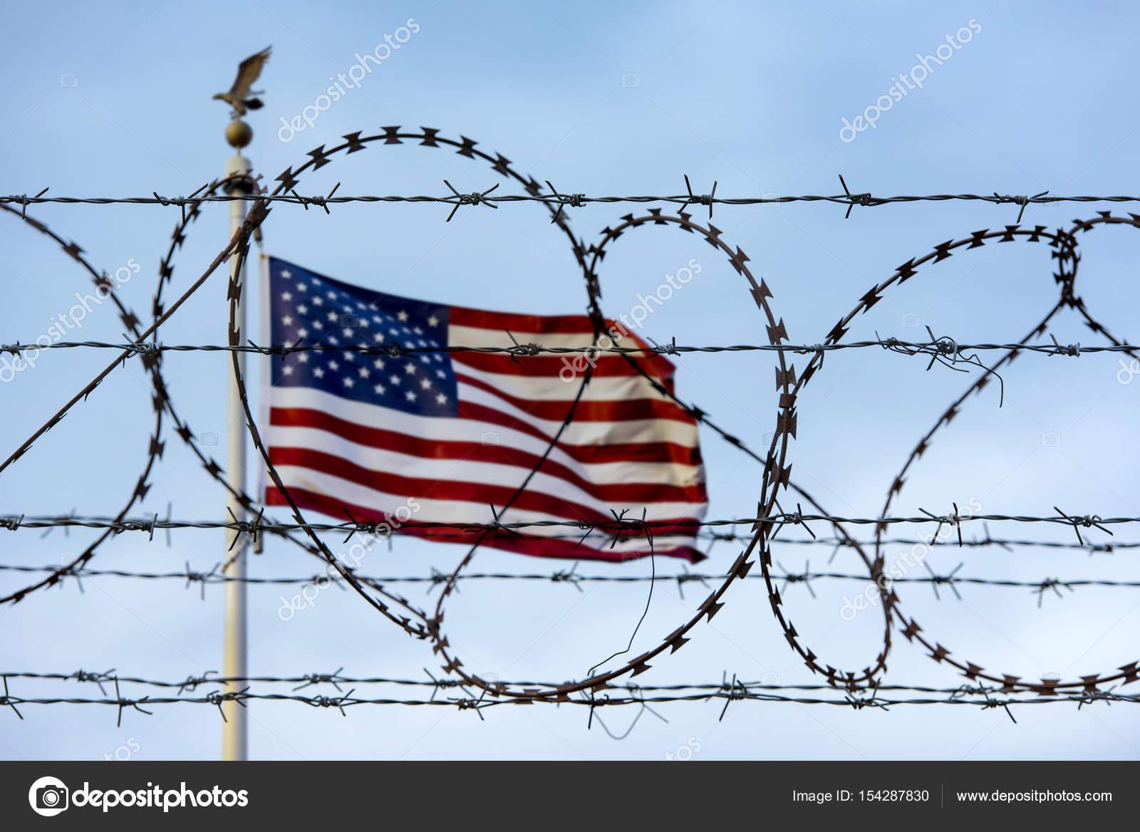 Amerikanische Flagge und Stacheldraht, Usa-Grenze — Stockfoto ...