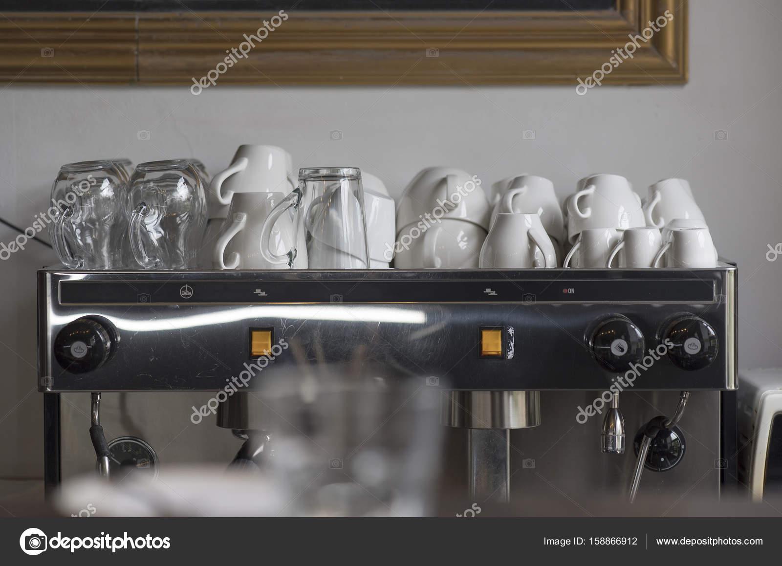 Koffiemachine De Keuken : Koffiemachine met kopjes en glazen op de boven en detail van een