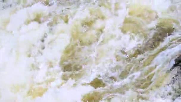 Vodopád v divokého lesa, detail vodopád