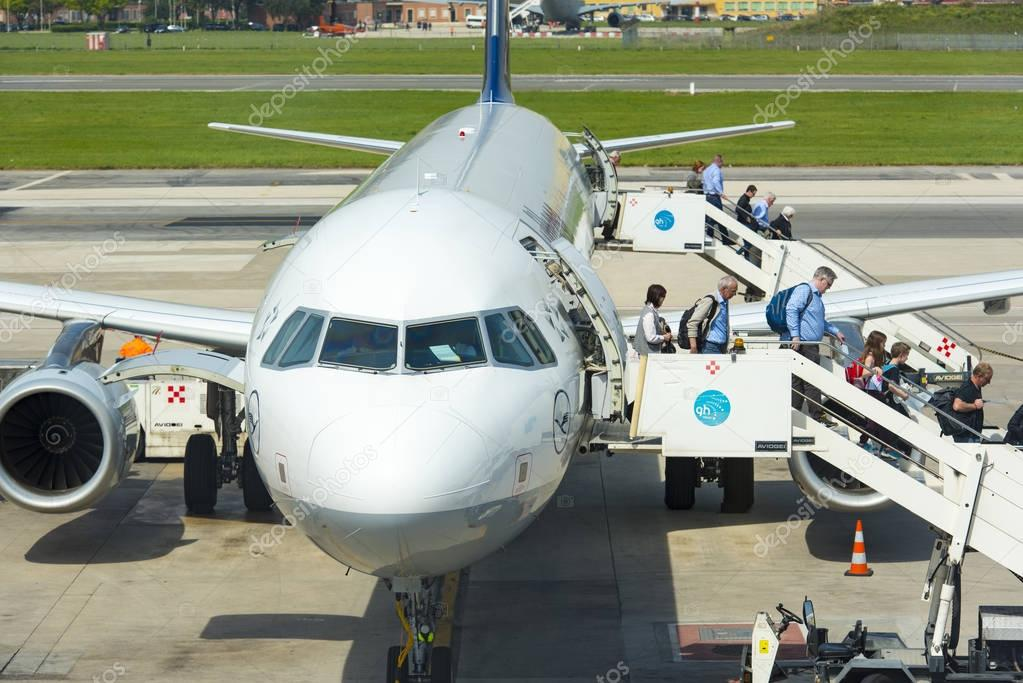 Passagiers naar beneden de trap van de ladder in de luchthaven van