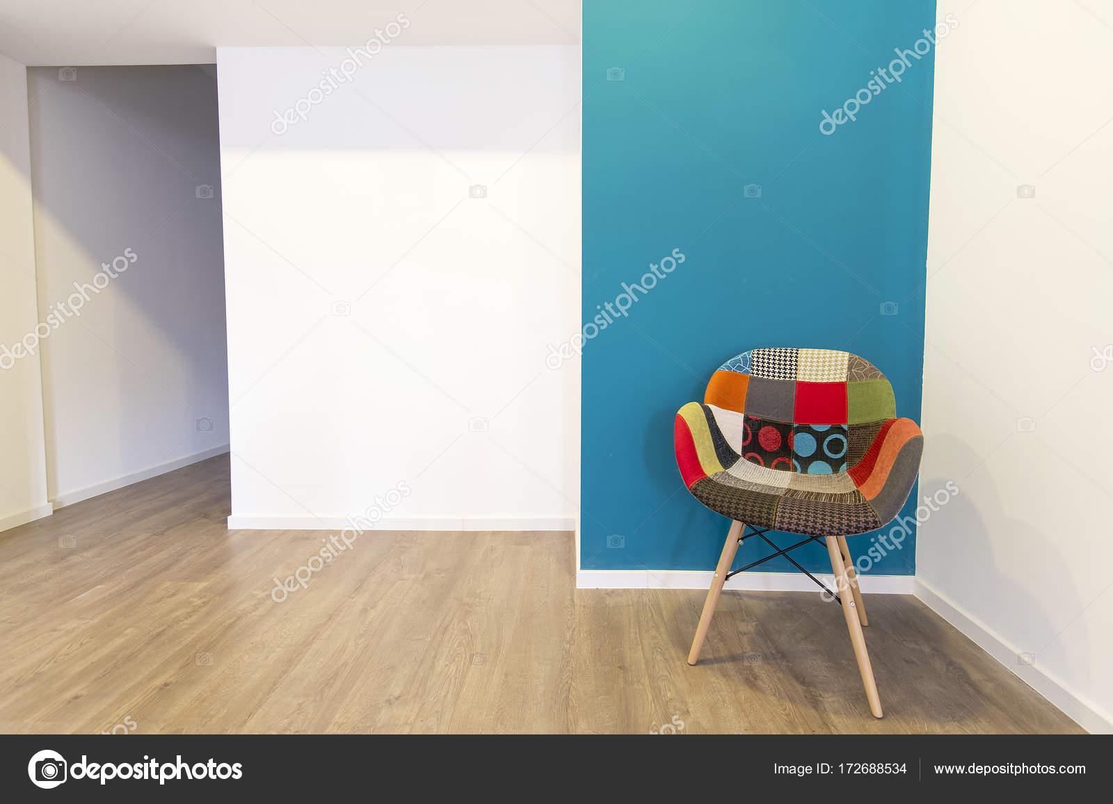 Lege woonkamer met de gekleurde stoel, interieur van de kamer ...