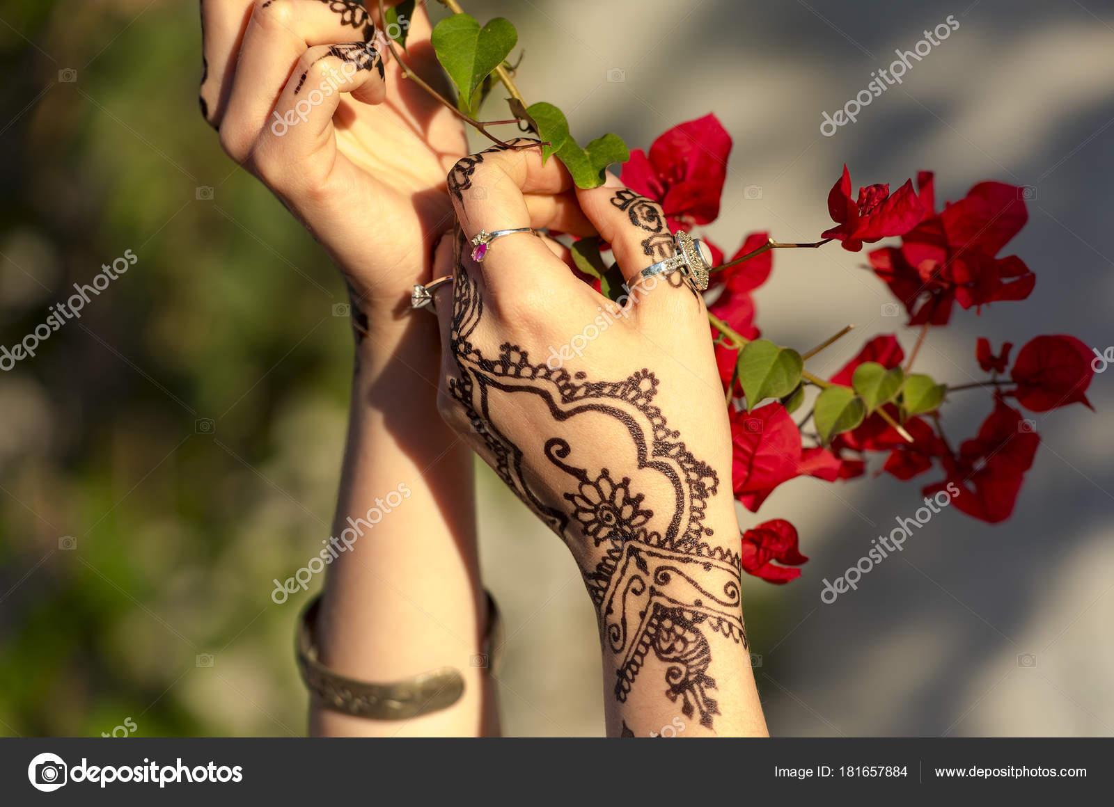 Mains Femme Avec Des Fleurs Tatouage Rouge Brun Mehndi Inde