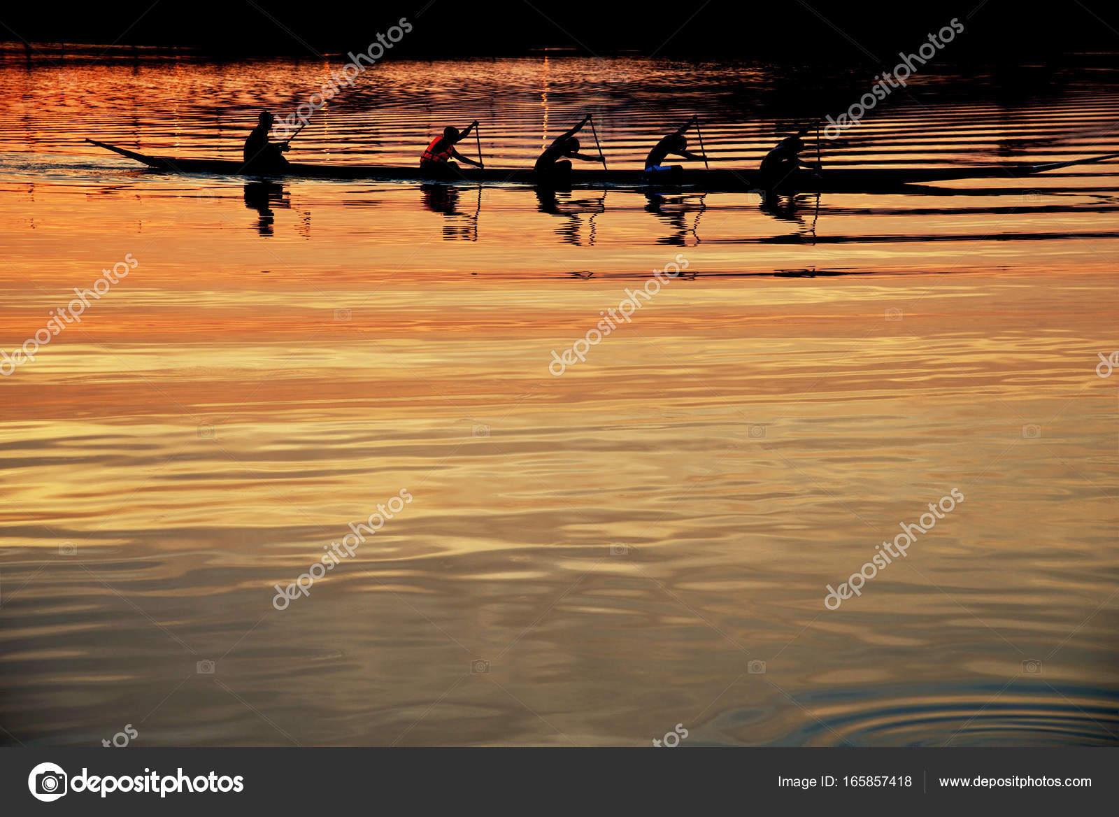 Praca Zespołowa Z Młodych Mężczyzn W łodzi Wiersz Sylwetki O