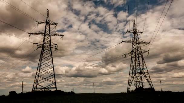 Vedení vysokého napětí elektřiny pylonu za soumraku s oblohou.