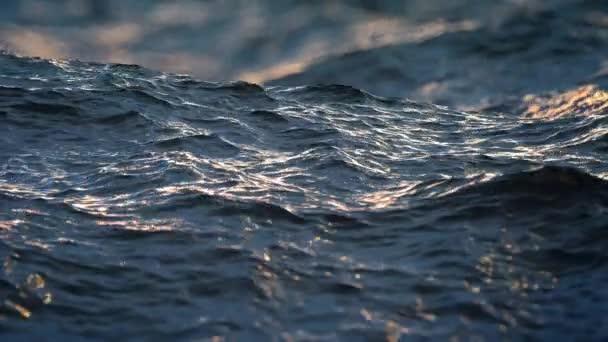 Zpomalený pohyb zblízka narušený oceánu vodní plochy