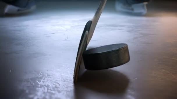 Hokejka bít hokejový puk