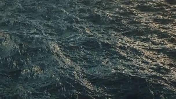 Letět nad narušený oceánu vodní hladiny v pomalém pohybu