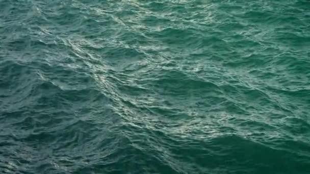 Letět nad hladinou zelené oceánu v pomalém pohybu, loopable