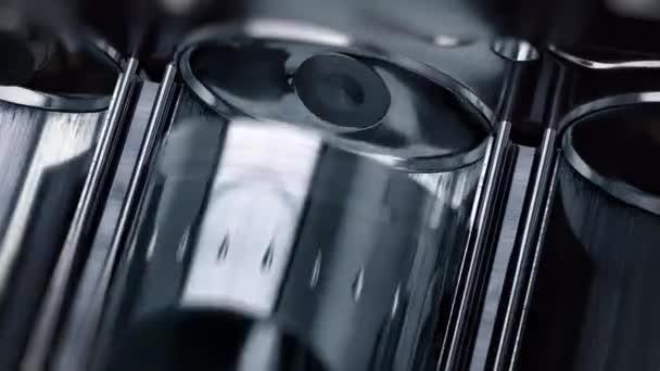 Detail motoru zevnitř, písty a ventily