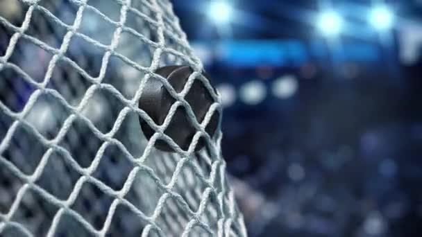 Hokejový puk letí do sítě na stadionu modrá světla. V pomalém pohybu