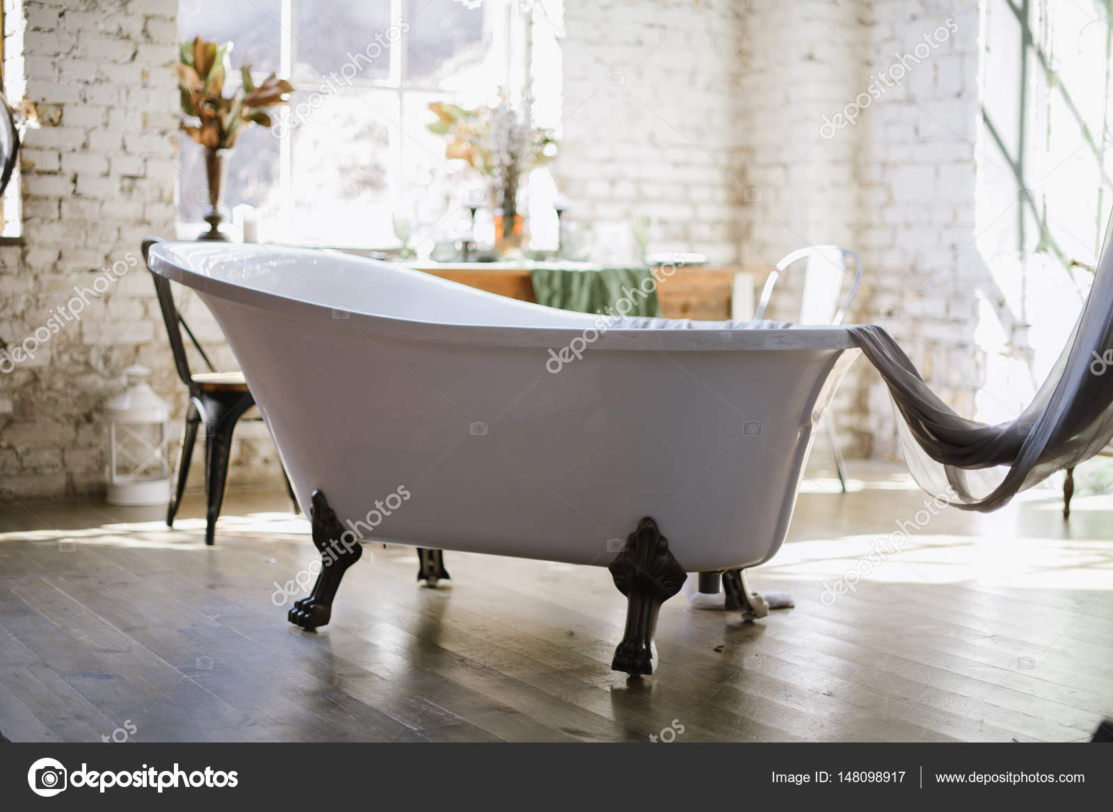 Vasca Da Bagno Retro : Interni di un bagno con vasca da bagno vintage u foto stock