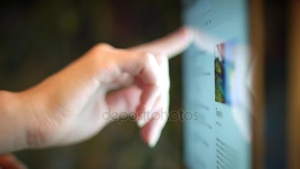 4 k zařízení detail prst, hledání dotykové obrazovky