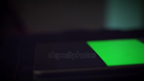 4 k zařízení detail prsty dotýká zelené obrazovky na tabletu