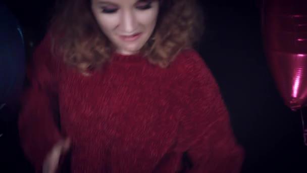 vtipná videa k narozeninám 4 k oslavu narozenin dívka tančí vtipný a opilý — Video  vtipná videa k narozeninám