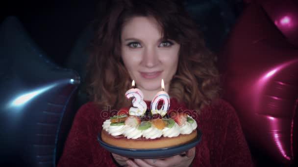 4k Party Geburtstagskind Blast Kuchen Kerzen 30er Jahre Stockvideo