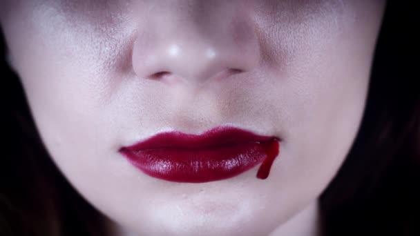 4k Horror Nahaufnahme von blutenden Frauenlippen