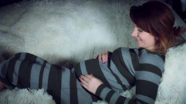 Žena objímala Belly