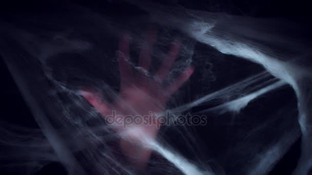 Pavučina hrůzy a rukou siluetu. Koncept Halloween