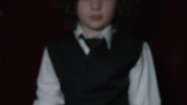 Hezký hezký kavkazské boy pózuje ve studiu
