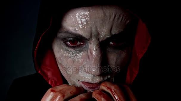4k schießen eines Horror-Halloween-Modells unter die Haut vom Gesicht