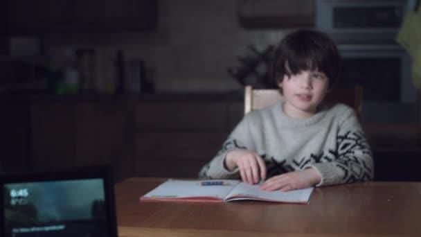 Boy pomocí chytré domácí zařízení