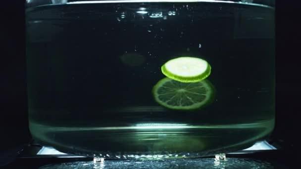 ovoce v čisté vodě
