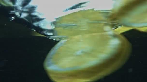Früchte in klarem Wasser