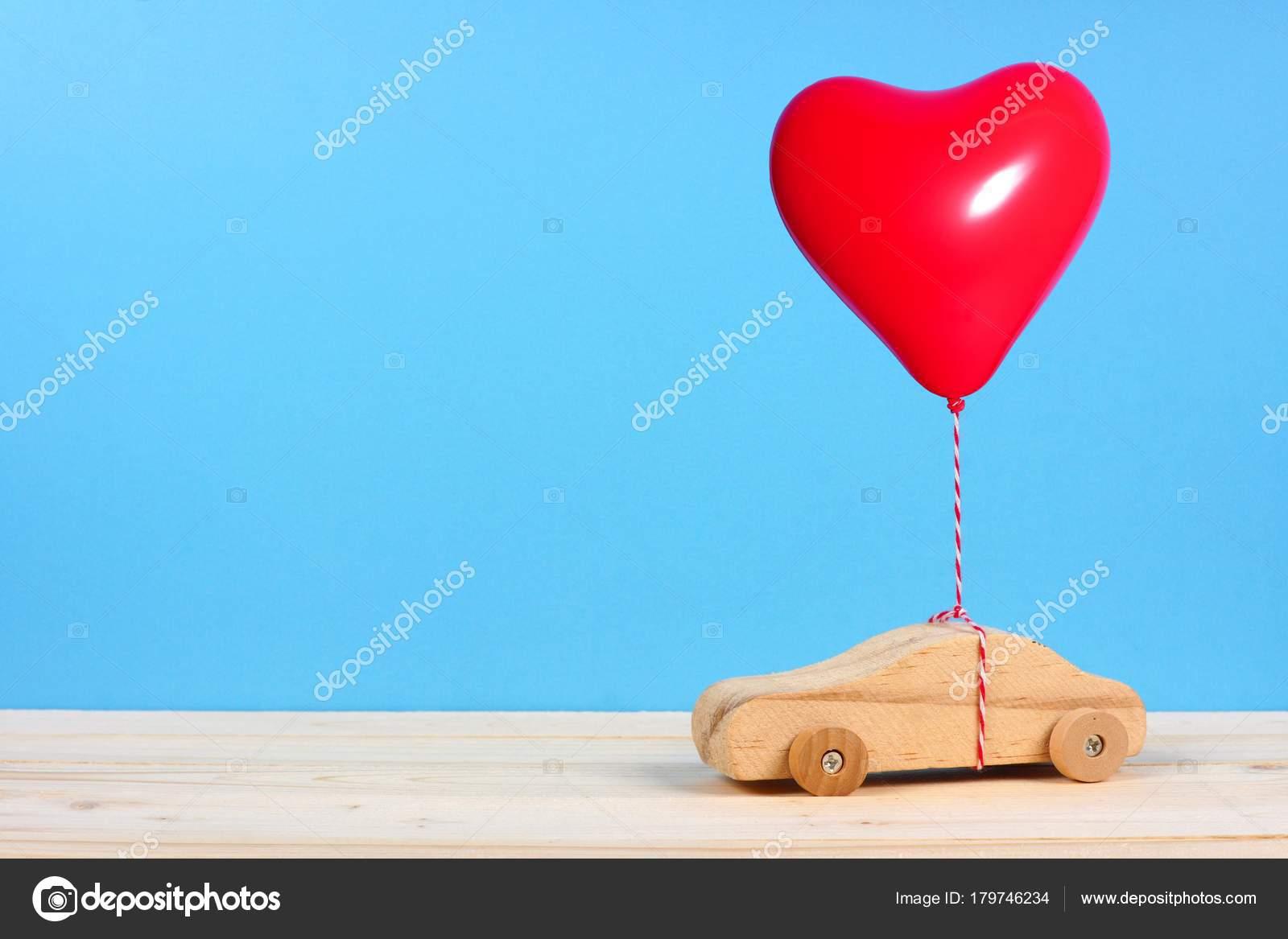 Bleu Sur Fond Jouet Rouge Voiture Bois Avec Ballon Coeur UzMSVp