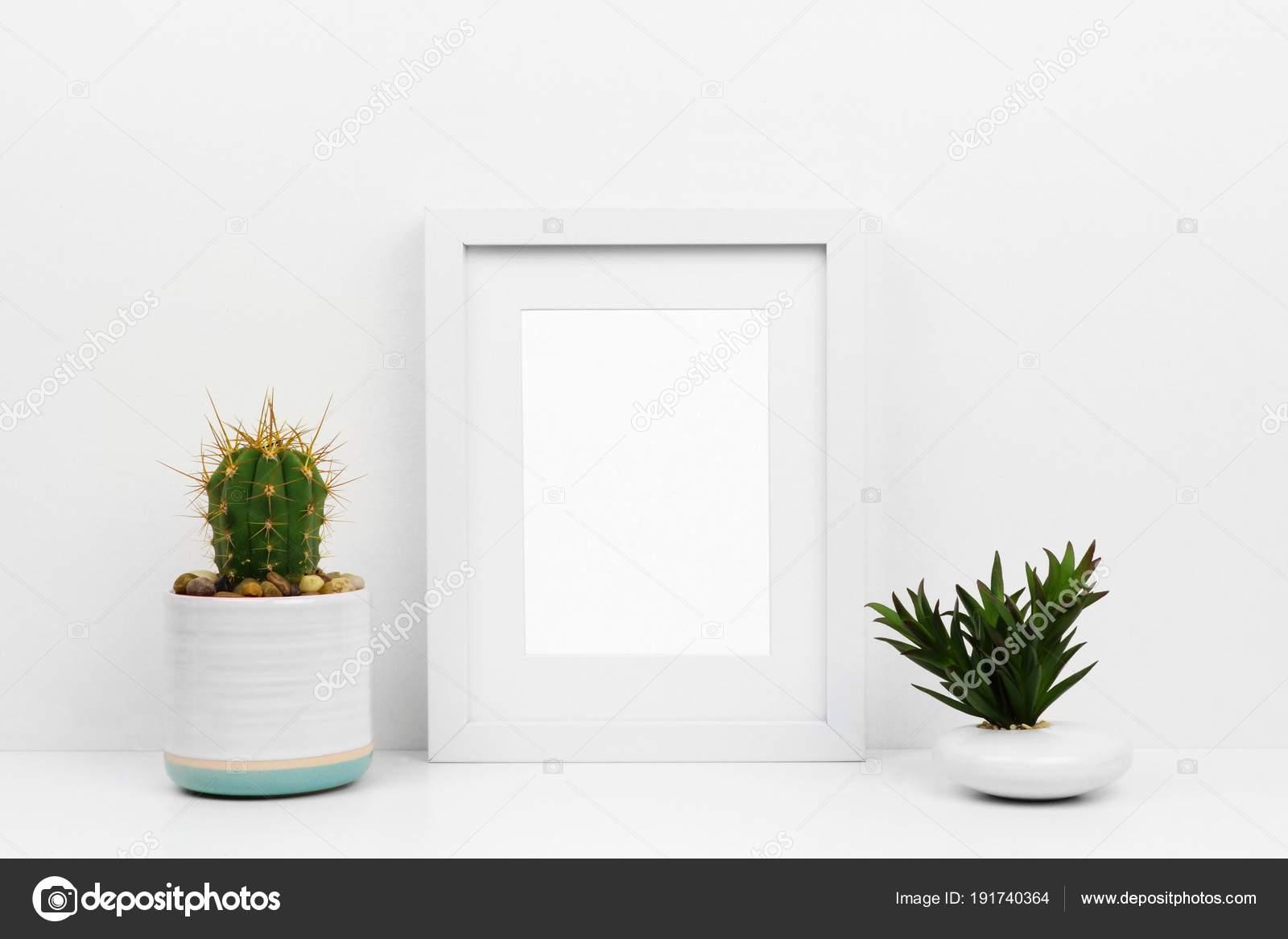 Maquette cadre blanc avec cactus succulentes sur une Étagère