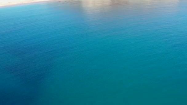 Letecký pohled na vodní hladinu moře