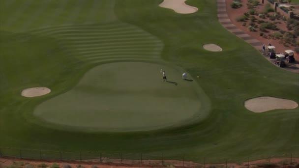 Letecký snímek golfistů na poušti kurz oddálit
