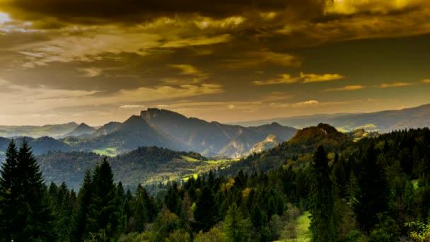 Pohled na pohoří Pieniny při západu slunce, Polsko.