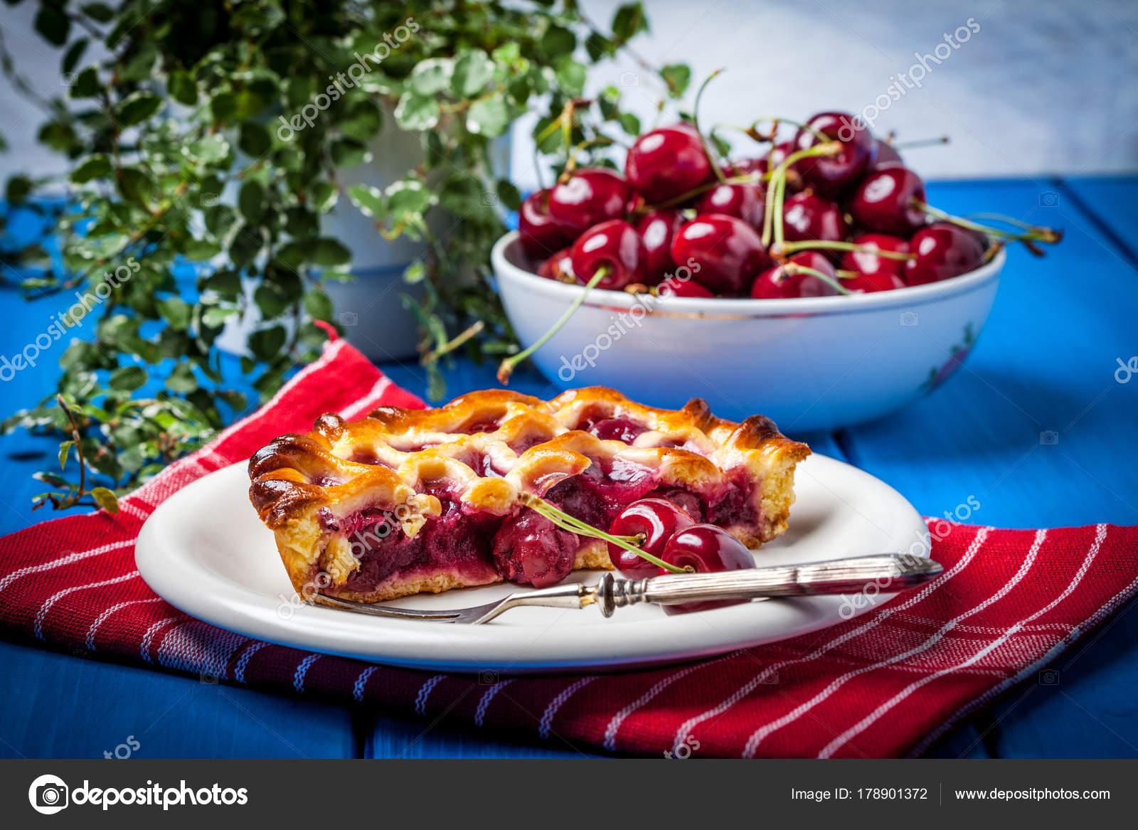 Pastel de cereza casero en tabla azul — Fotos de Stock © firea ...