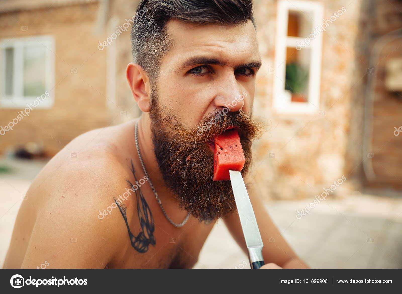 Un Hombre Con Un Peinado Elegante Una Larga Barba Y Un Tatuaje Con