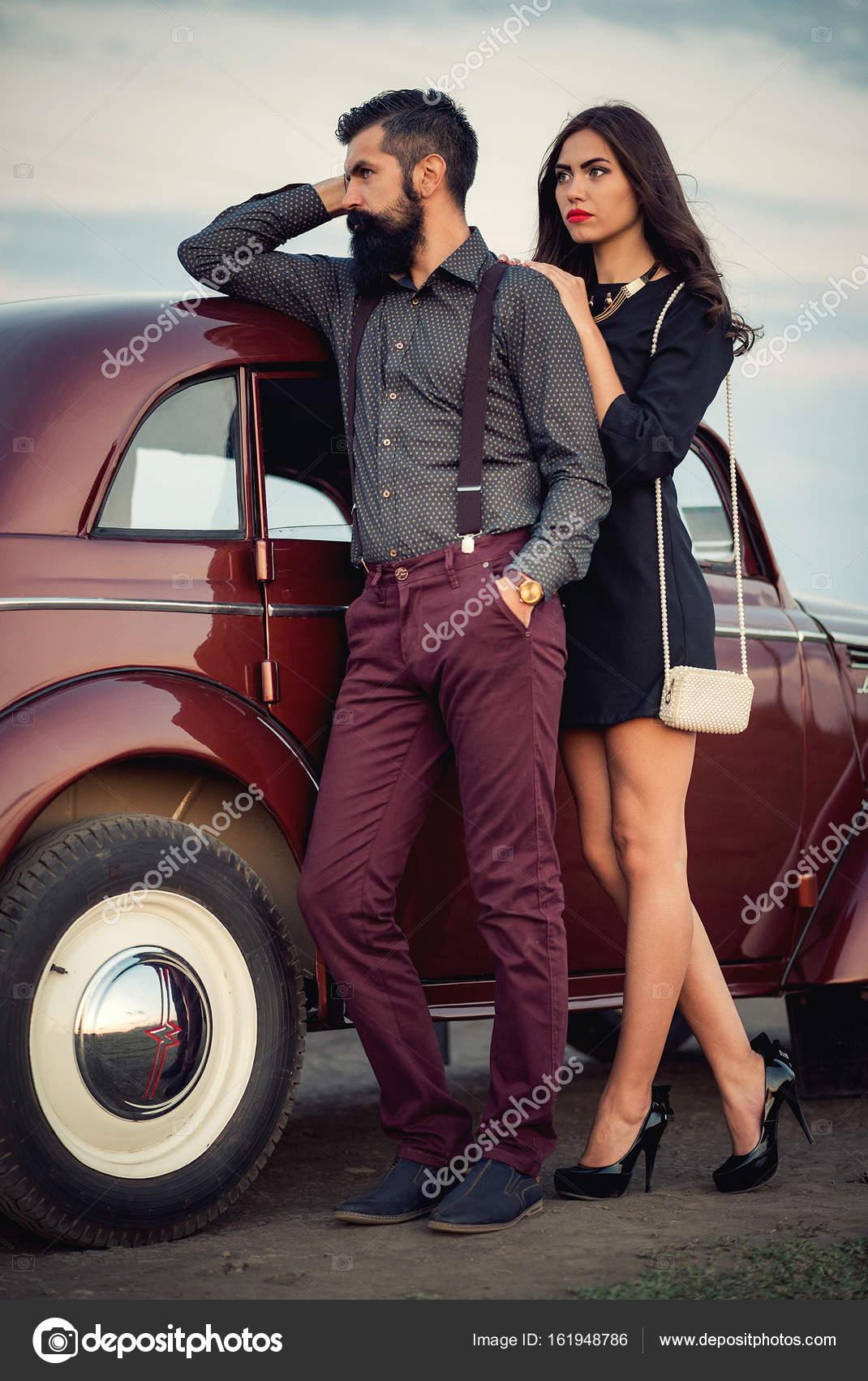 stylish barbu man et jolie brune assise l int rieur d une voiture de luxe photographie. Black Bedroom Furniture Sets. Home Design Ideas