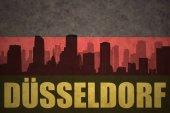 Fotografie abstrakte Silhouette der Stadt mit Text Düsseldorf an der Vintage deutsche Flagge
