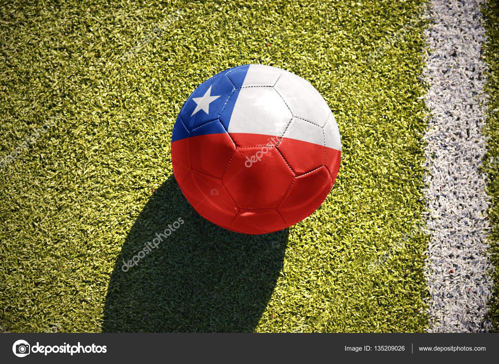 586220ab8ad2c Pelota de futbol con la bandera nacional de chile se encuentra en el campo  — Foto