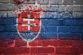 malované státní vlajka Slovenska na cihlovou zeď