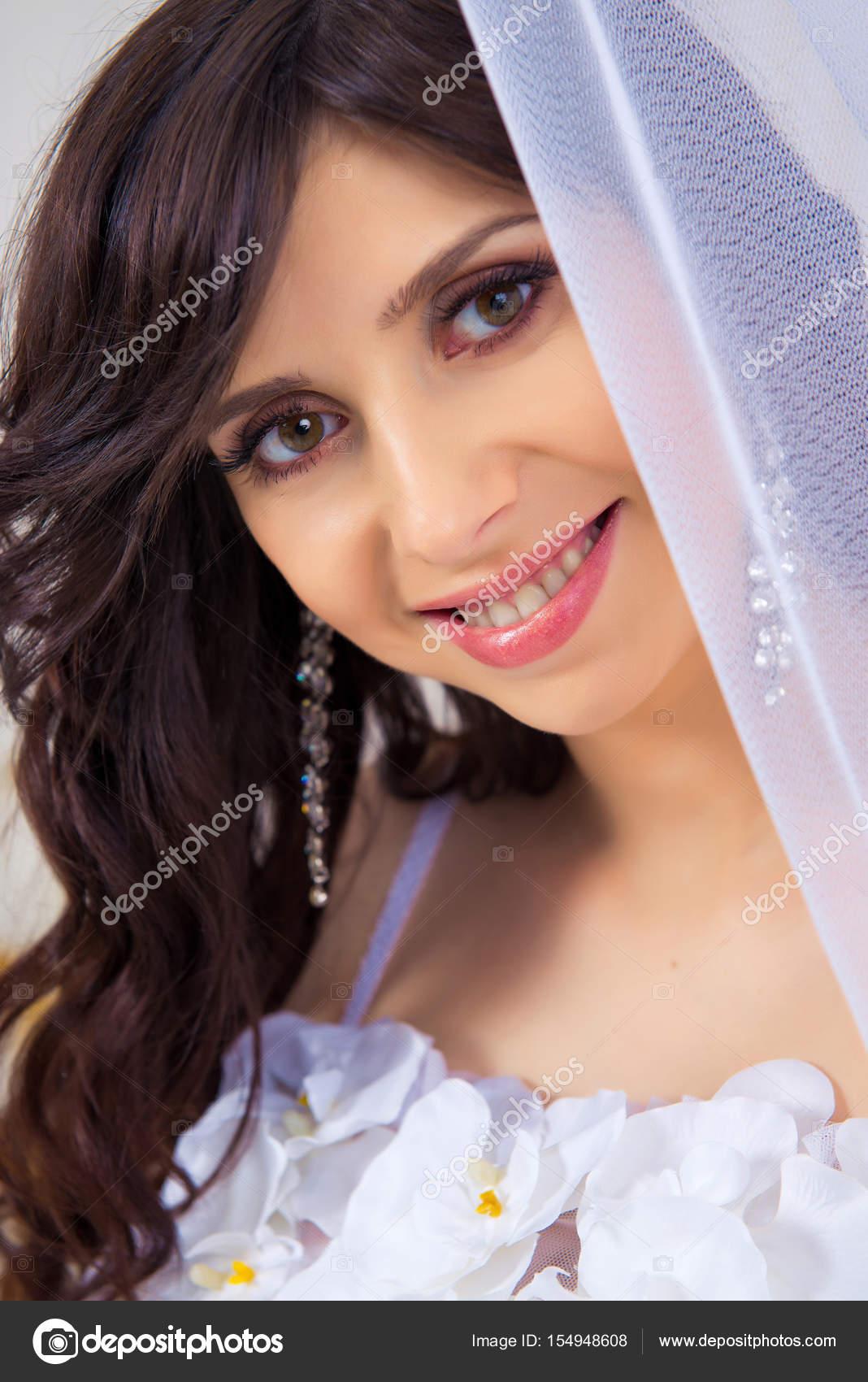 85b3fa4e3132 Красивая девушка в платье с вырезом портрет крупным планом ...