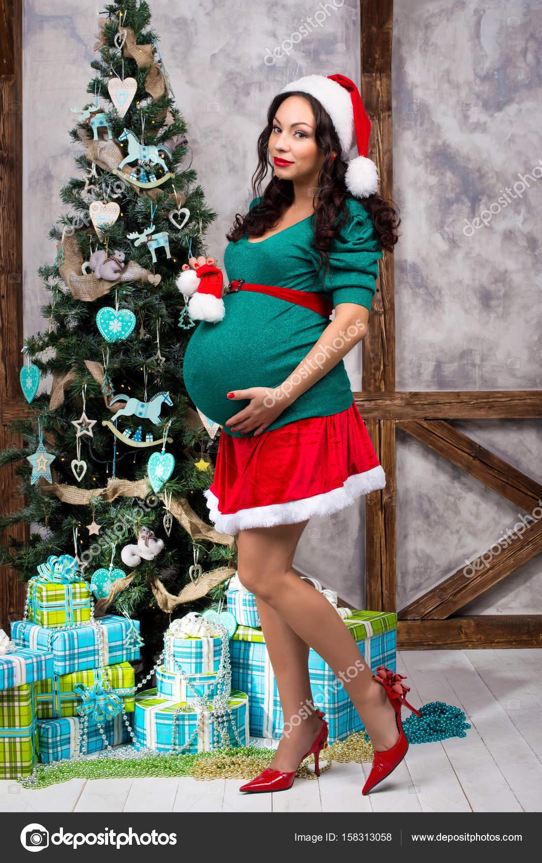 a1237be30 Embarazadas chica pin-up traje cerca de un árbol de Navidad — Fotos de Stock