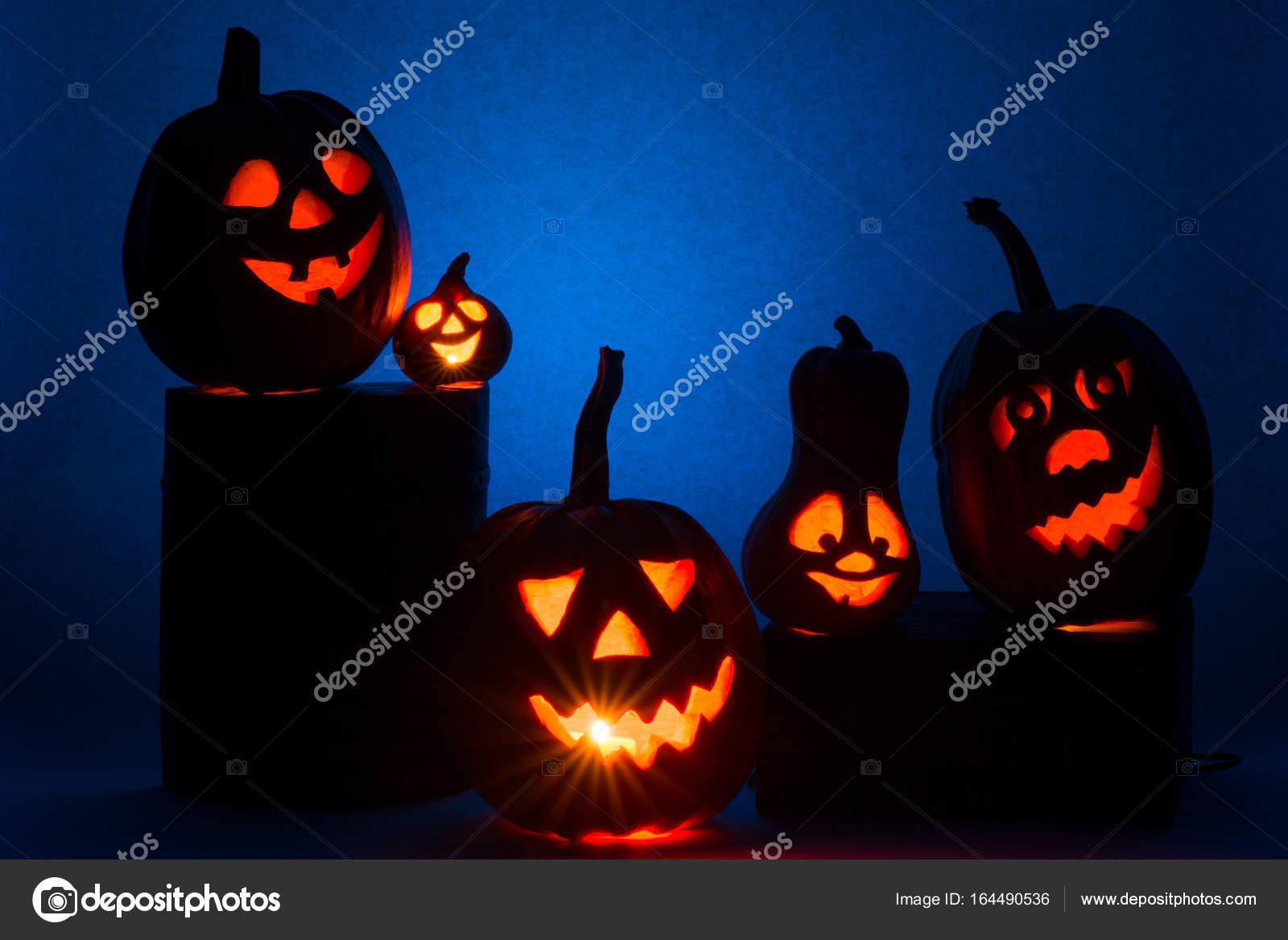 Facce Zucche Di Halloween.Cinque Delle Zucche Di Halloween Natale Facce Su Una Priorita Bassa