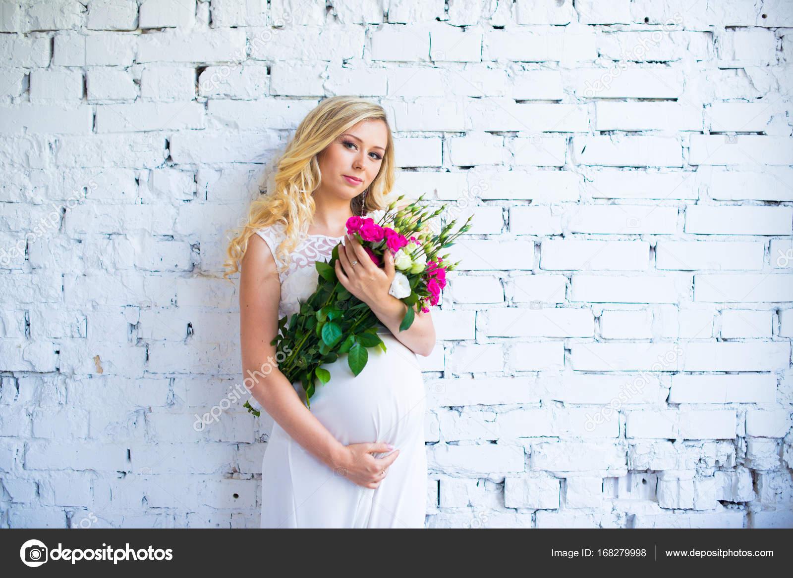 Eine schwangere Frau datiert