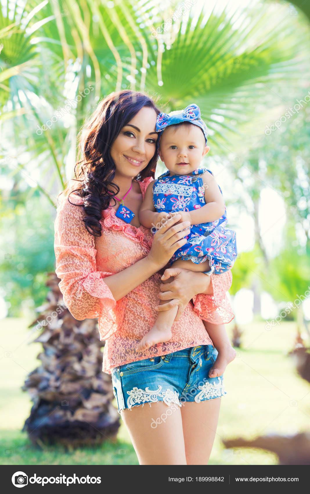 Glückliche Mutter und Tochter Porträt. Familienurlaub am