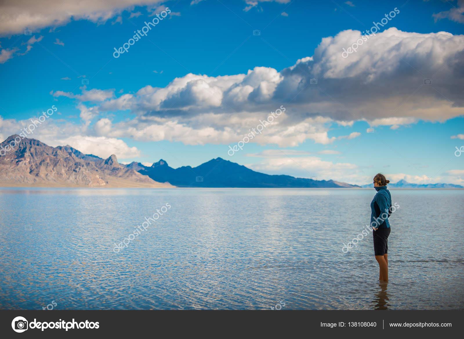 浅い水の中歩いてボンネビルソル...