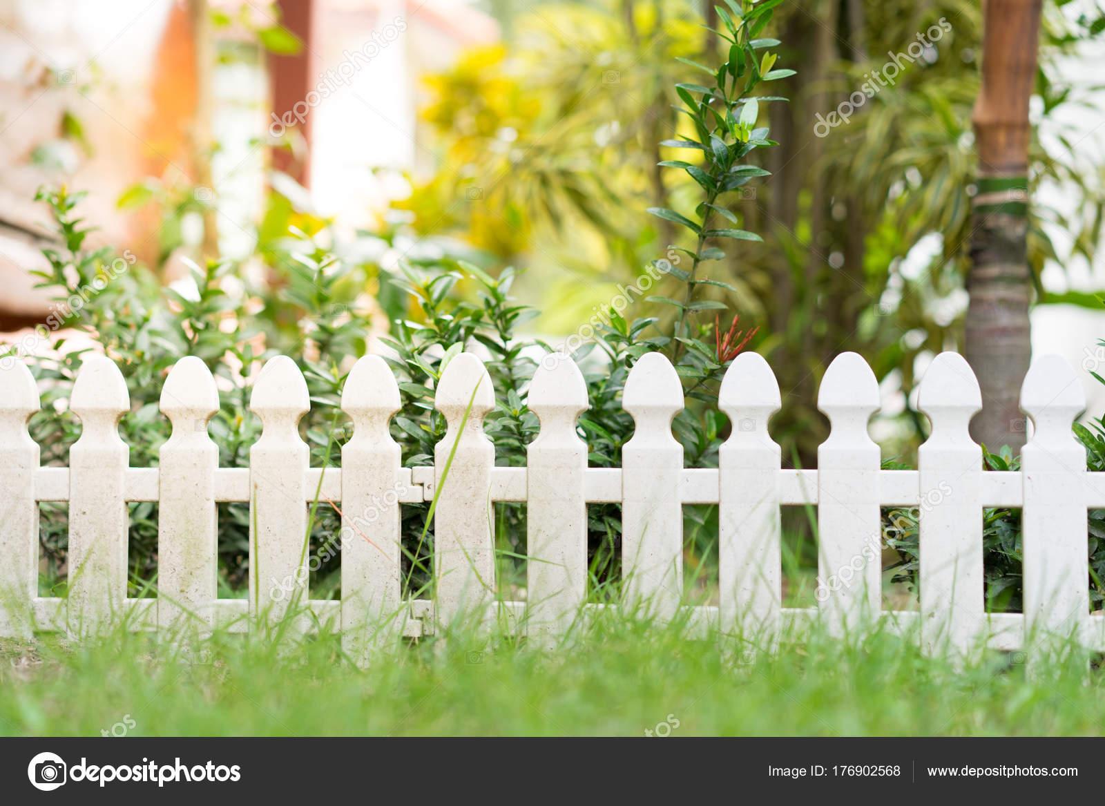 Kleiner Holzzaun kleiner garten zaun — stockfoto © yeawstock@gmail #176902568