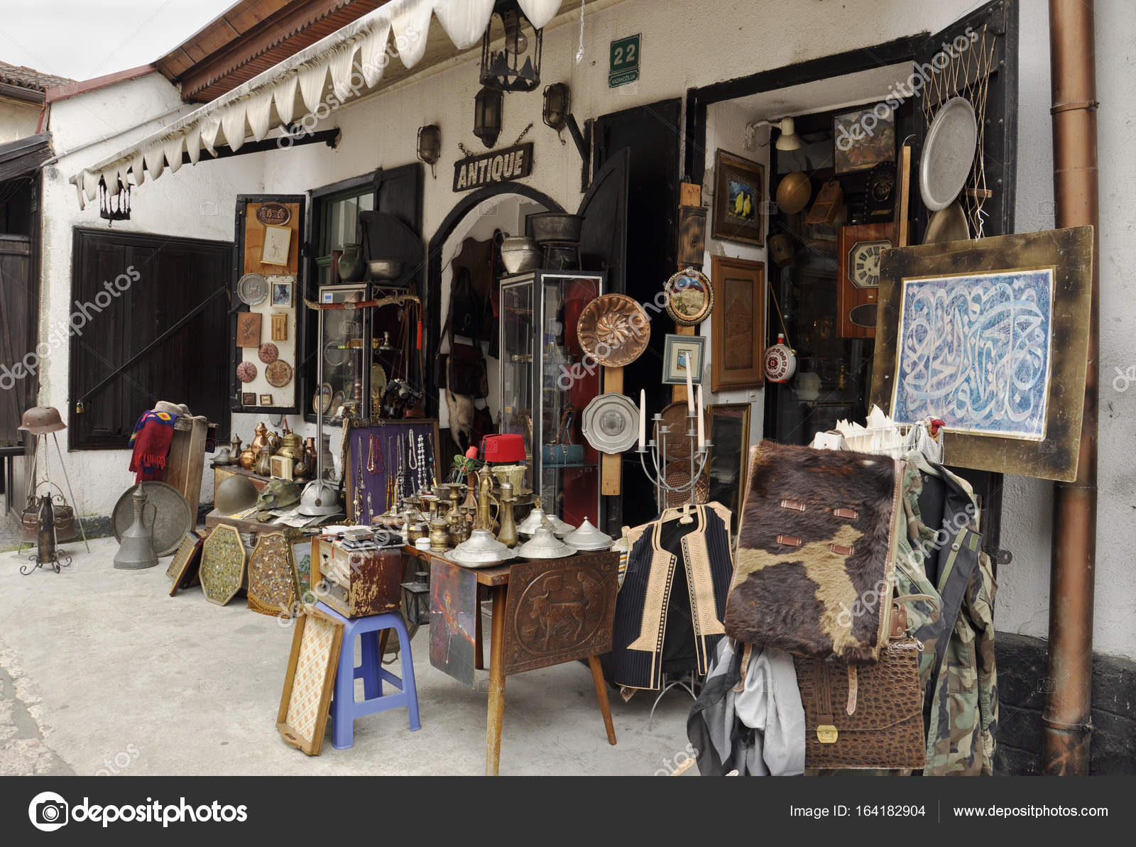Antiquitätengeschäft auf dem Markt in Sarajevo — Redaktionelles ...