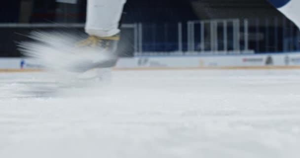 Muž hit puk close up hůl na kluzišti hokej zpomalený pohyb splash sníh brankář.