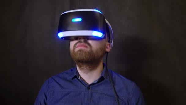 Spieler erkundet das Spiel in Virtual-Reality-Helm hautnah und hebt den Kopf