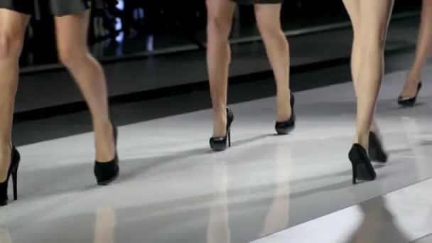 Beinschönheit Frau in der Modelshow Fashion Week zu Fuß High Heels Catwalk Nahaufnahme 4k