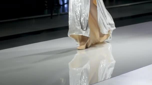 Bein Schönheit Mädchen in Modell zeigen Fashion Week zu Fuß High Heels Laufsteg Nahaufnahme 4k